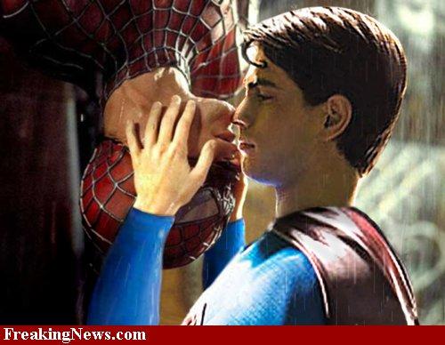 Et vous trouvez ça drôle... Gay-superman-spiderman-32780